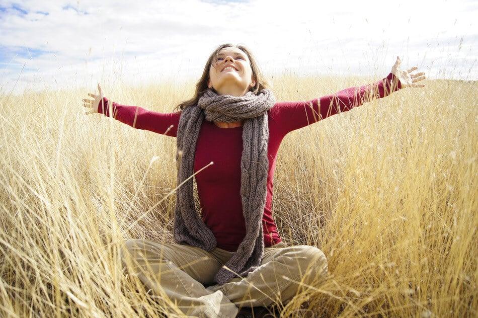 Beautiful young woman enjoying sunshine in a field with long grass contemplazione IL RISVEGLIO NON è QUELLO CHE PENSI accogliere gli eventi